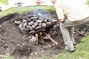 Schritt 1: Erdloch und Steine über Stunden mit Feuer erhitzen