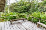 Eine große Terrasse mit Blick in den Wald