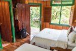 Blick in ein Standardzimmer mit zwei Betten