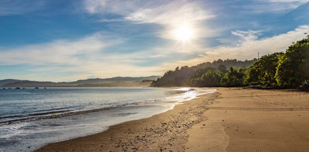 Drake Bay in Costa Rica in der Morgendämmerung