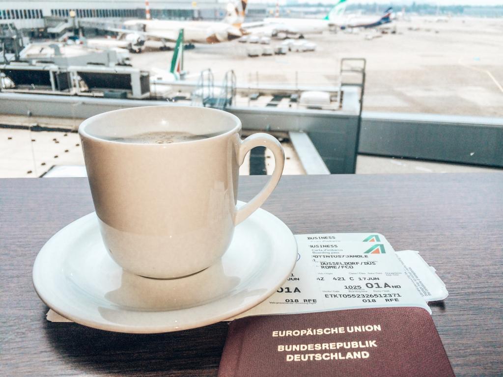 Ein Kaffee geht bei einer Flugverspätung immer