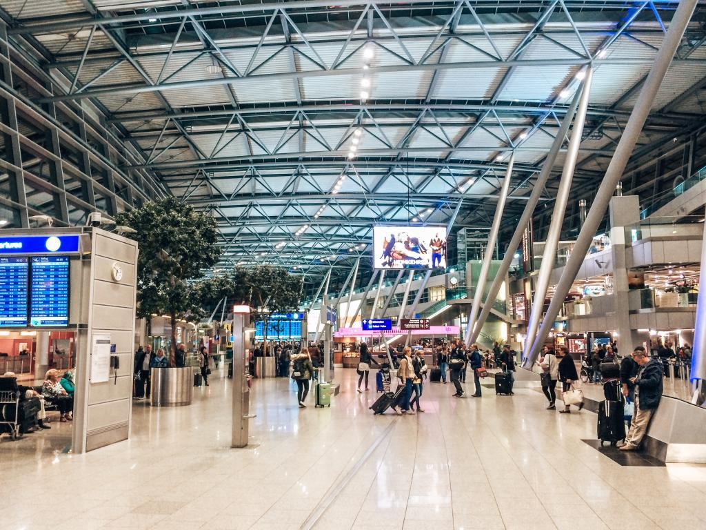 Geschäftiges Treiben am Flughafen Düsseldorf