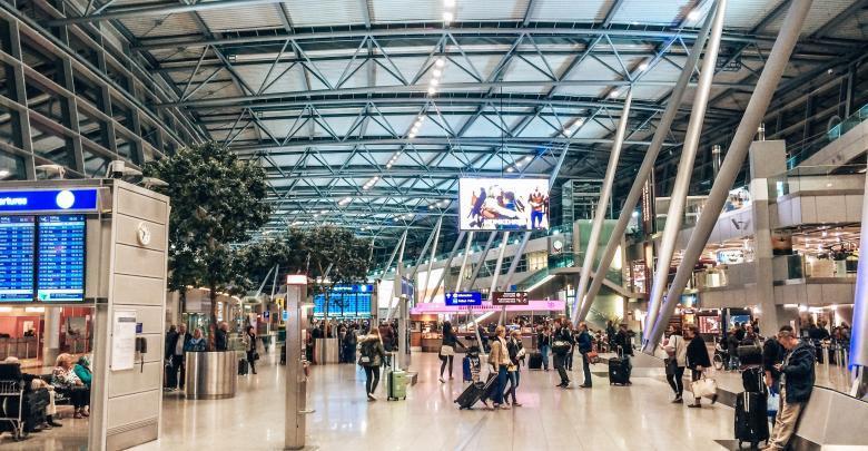Geschäftiges Treiben am Flughafen Köln