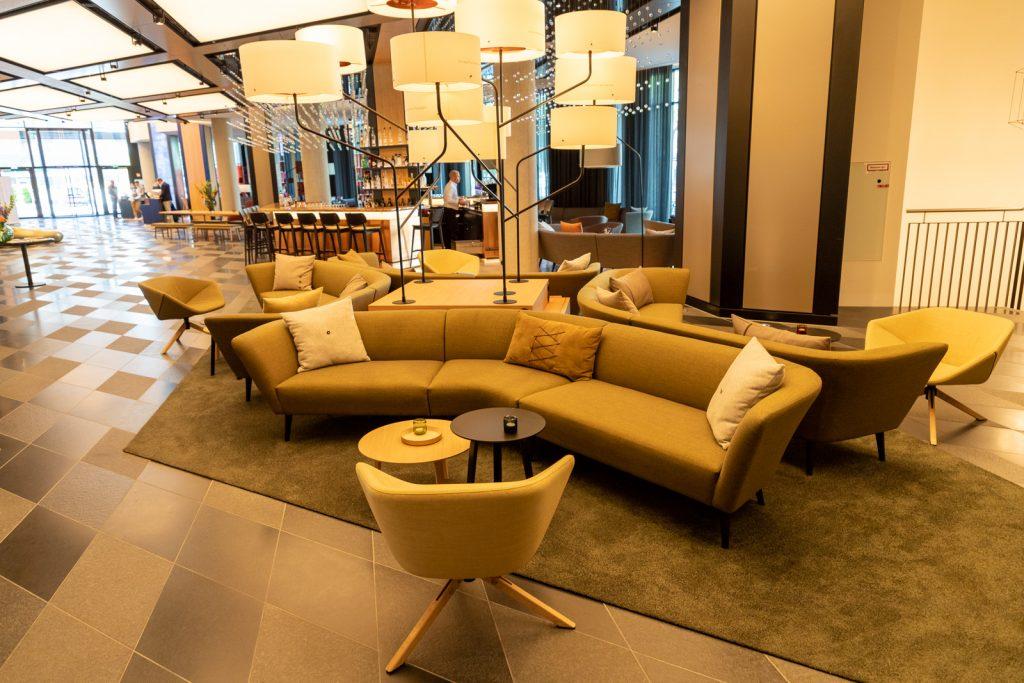 Sitzecke in der Lobby vom Hotel Andaz in München