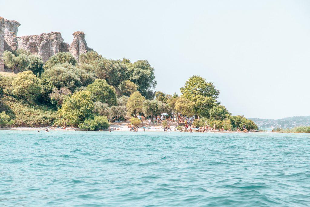 Jamaica Beach und die Ruinen der Grotte di Catullo