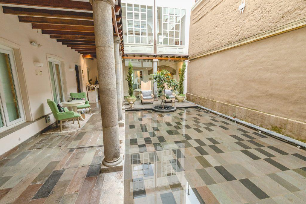 schicker Innenhof mit Wasserspiegel