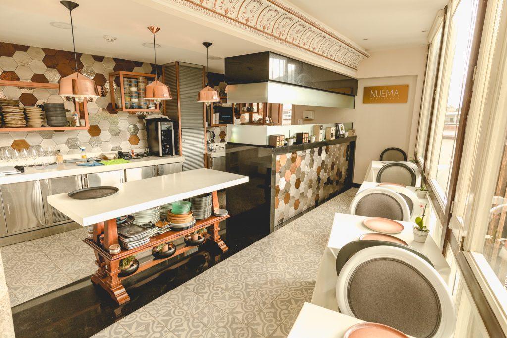die offene Küche vom Restaurant nuema