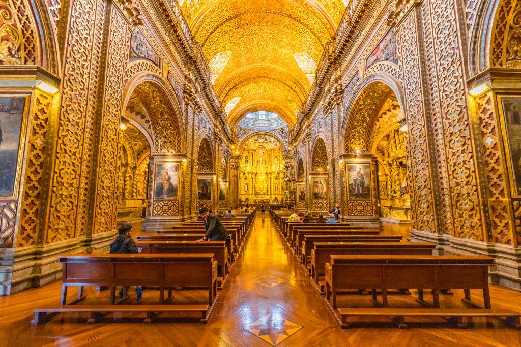 Die goldene Kirche La Compania de Jesus in Quito