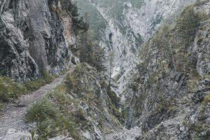 Der Pfad schlängelt sich an einer steilen Schlucht lang
