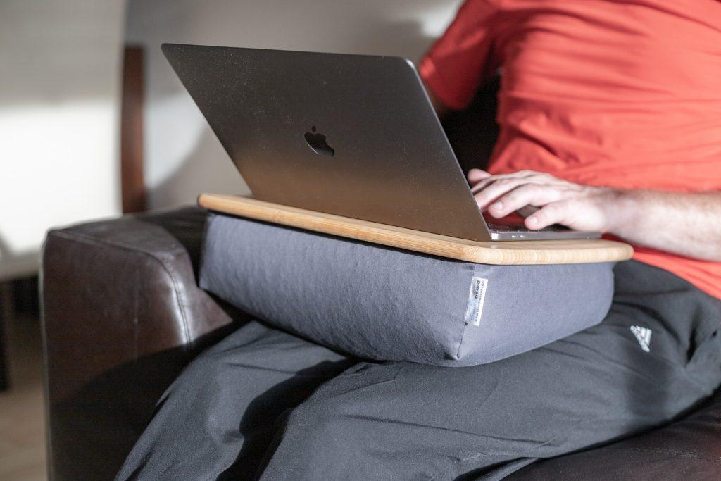Mit dem Cloudyboard kann man perfekt auf dem Sofa arbeiten