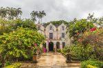 Das alte Herrenhaus liegt in einem üppigen Garten