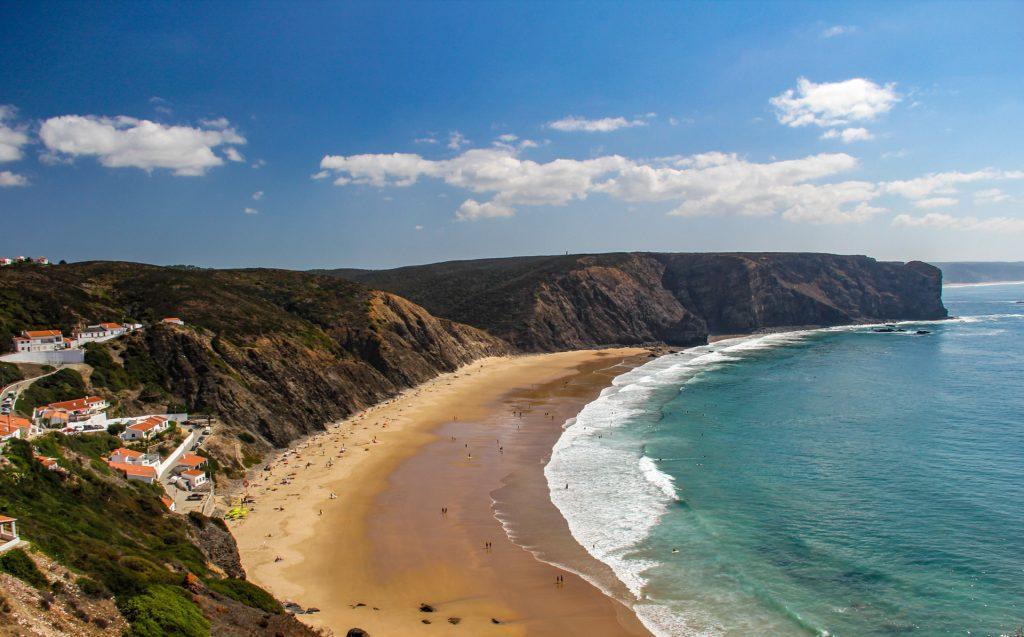 Die Steilküste der Algarve bietet unzählige Buchten und Strände