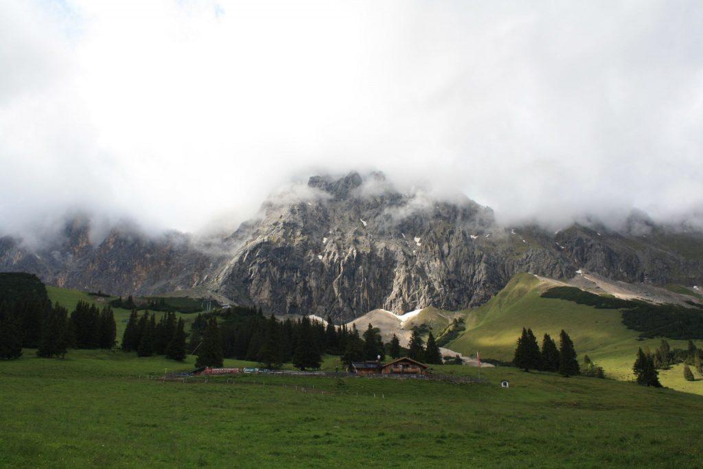 Besonders in den Bergen können schnell Wolken aufziehen - und Gewitter entstehen.