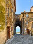 San Savino alte Gemäuer Tor blick auf den Lago Trasimeno