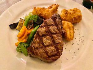 Gegrillter Thunfisch mit frittierter Yukka und frischem Gemüse