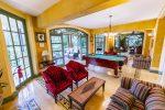 Billard-Tisch und gemütliche Sitzecken