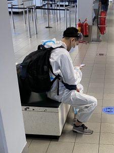 asiatische Passagiere in voller Ausrüstung