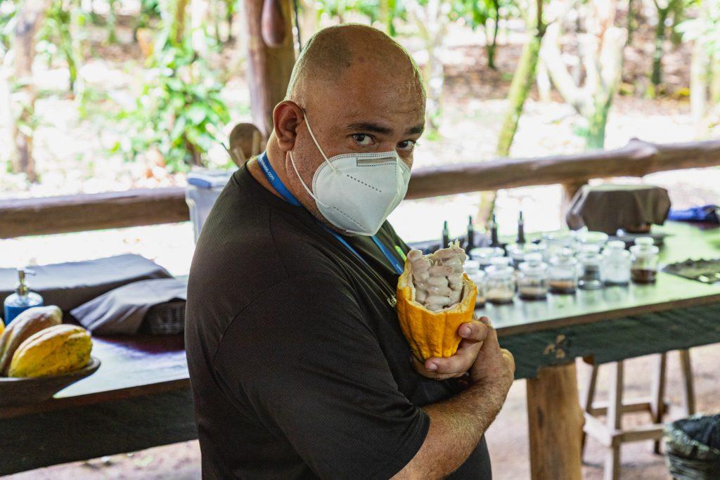 Der Guide Keylor mit einer geöffneten Kakaofrucht