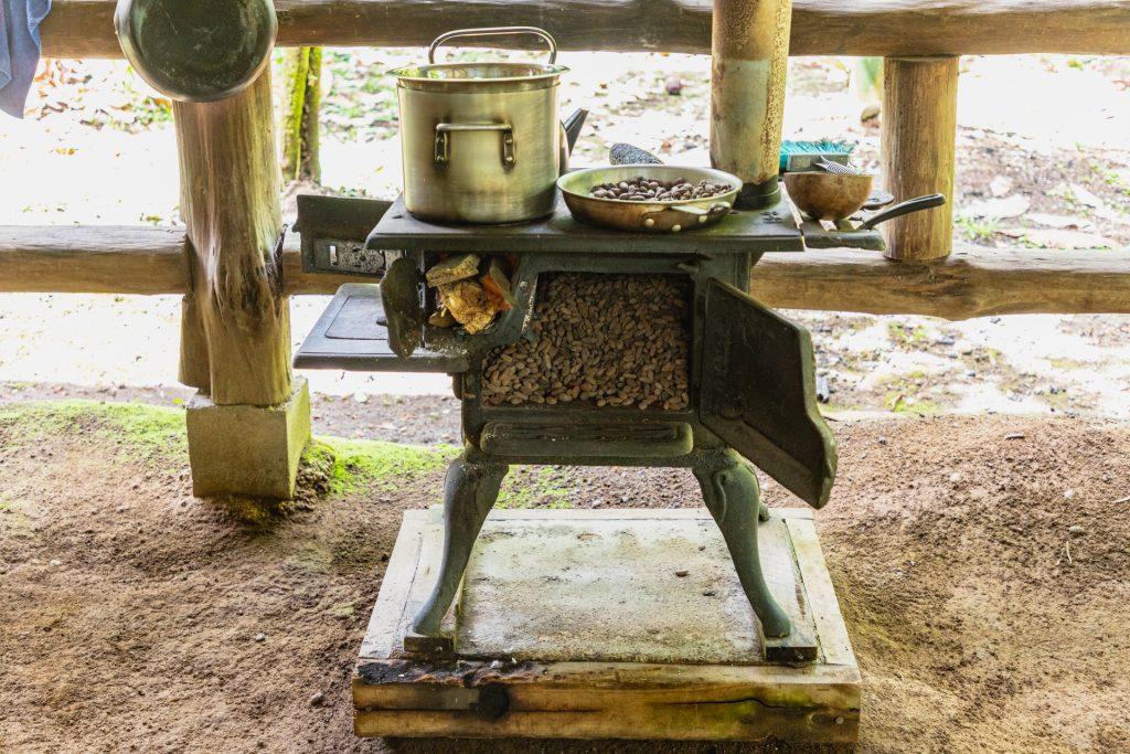 Die Kakaobohnen werden geröstet
