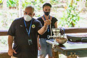 Mahlen vom Kakao mit einer Handmühle