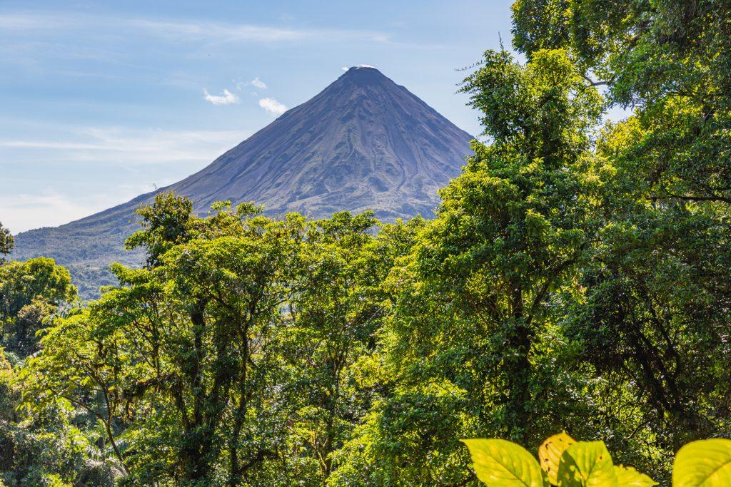 Blick aus dem Mistico Hanging Bridges-Park auf den Vulkan Arenal