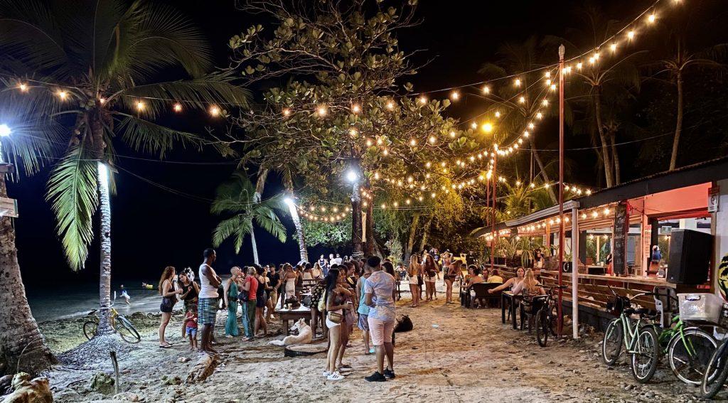 Abendliche Strandparty in Puerto Viejo